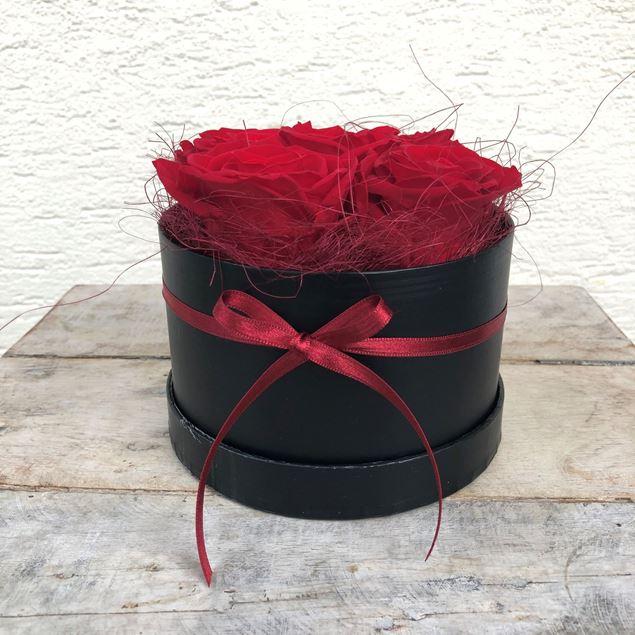 Bild von Eine edle Rosenbox - rund, in Schwarz, mit 5 roten, echten, stabilisierten Rosen  Ø ca. 13 cm