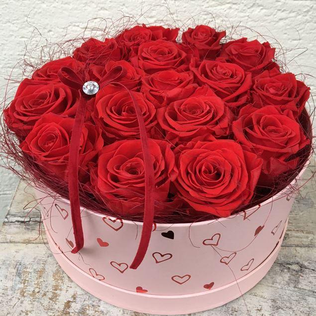 """Image de Boîte à roses  """"du coeur"""" en rouge, avec 17 roses véritables, stabilisées, en rouge"""