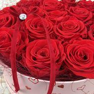 """Bild von Edle Rosenbox  """"Von Herzen"""" in rot, mit 17 roten, echten, stabilisierten Rosen  Ø ca. 24 cm"""