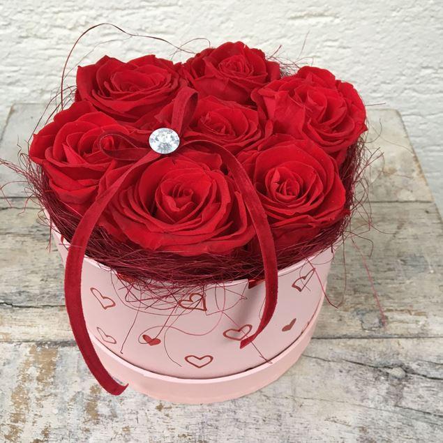 """Bild von Edle Rosenbox """"Von Herzen""""  in rot, mit 7 roten, echten, stabilisierten Rosen  Ø ca. 15 cm"""