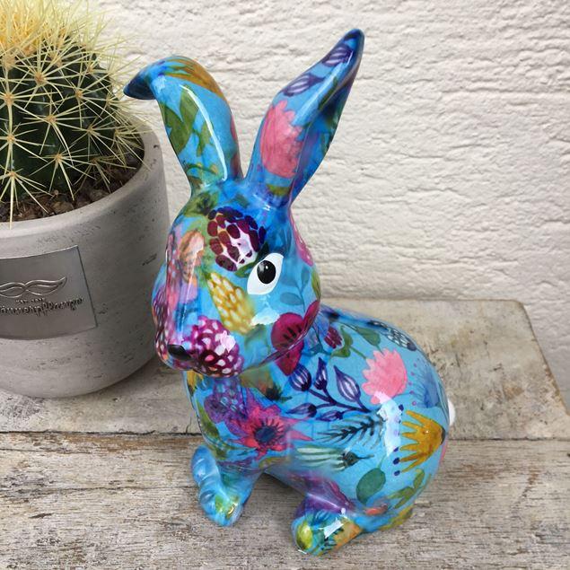 Bild von Fröhlicher Keramik-Osterhase in blau mit Blumenmotiv