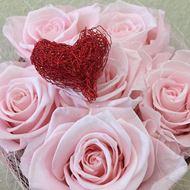 Rosenbox mit Herzmotiv in rosa mit rotem Herz  © by Leutwyler Floristik Luzern
