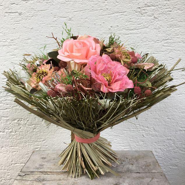 Trockenblumen-Strauss in rosa Tönen