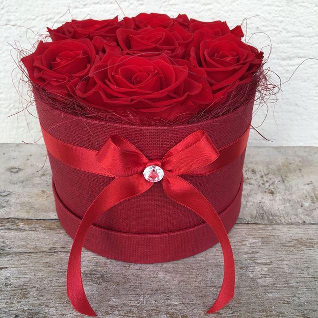 Eine edle Rosenbox - rund, in rot, mit 7 roten, echten, stabilisierten Rosen Ø ca. 15 cm