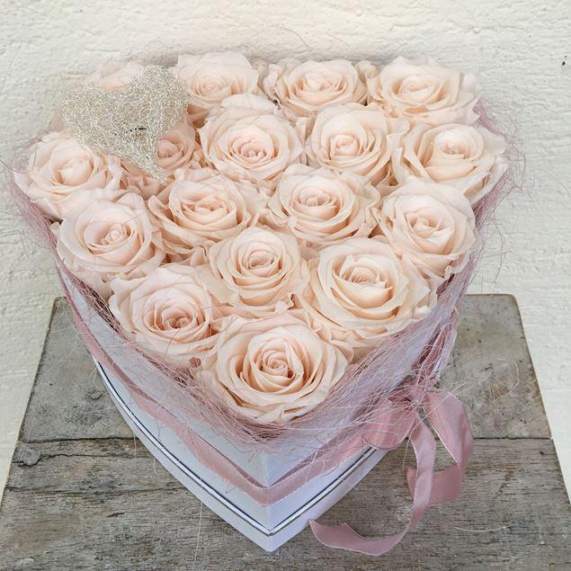 """Rosenbox """"Herz"""" in weiss, mit 17 zartrosa, echten, stabilisierten Rosen"""