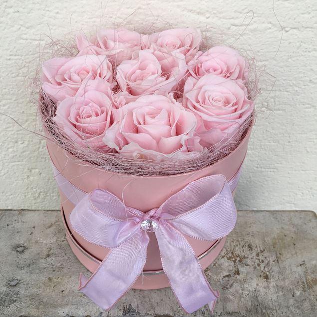 Rosenbox - rund, in altrosa, mit 8 rosafarbenen, echten, stabilisierten Rosen