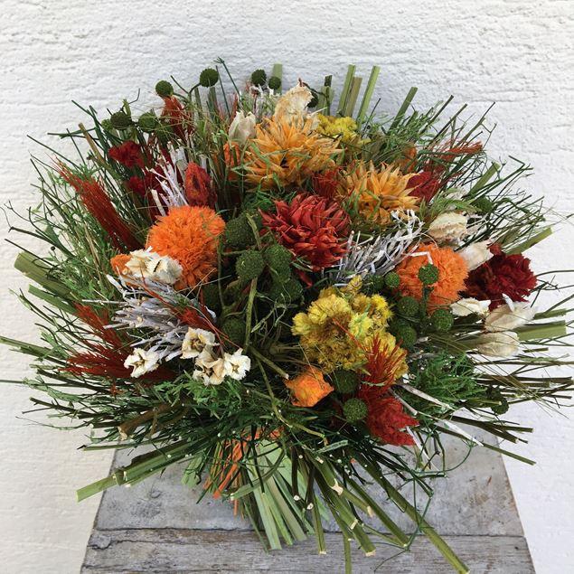 Trockenblumen-Strauss in orange Tönen
