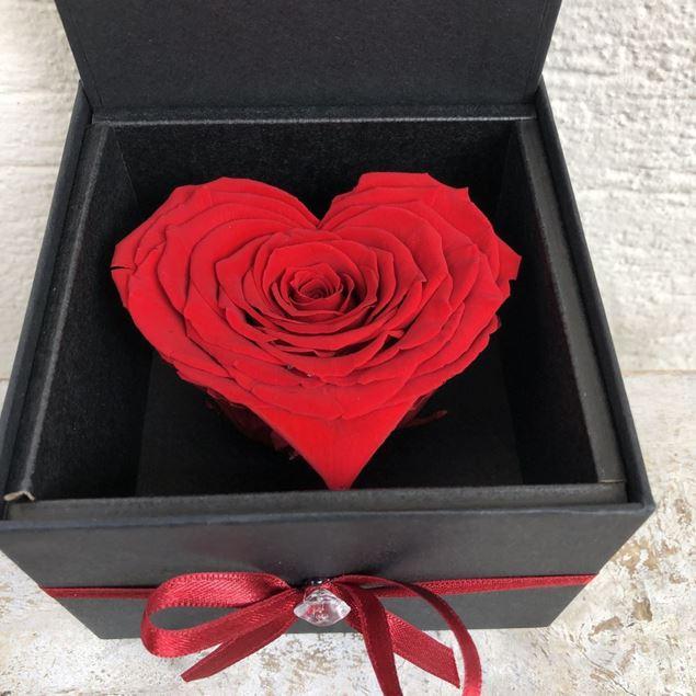 Herz-Schmuckkästchen mit roten stabilisierten Rosenblüten