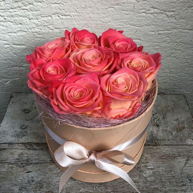 Edle Rosenbox in lachs, mit 8 champagne-apricot farbenen stabilisierten Rosen